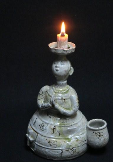 祈る婦人の燭台